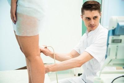Il dottor Malakhov A.M. esegue la diagnostica delle vene profonde degli arti inferiori