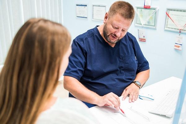 Il dottor Fedorov D.A. prepara un piano di trattamento individuale per il paziente