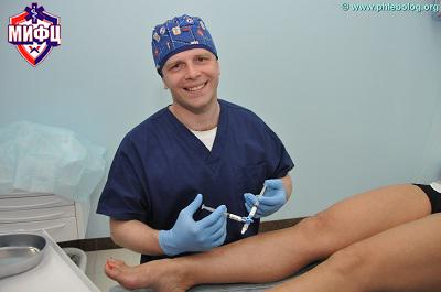 "Leading phlebologist ""MIFTS"" Kalachev Ivan Ilich conducts a session of sclerotherapy"