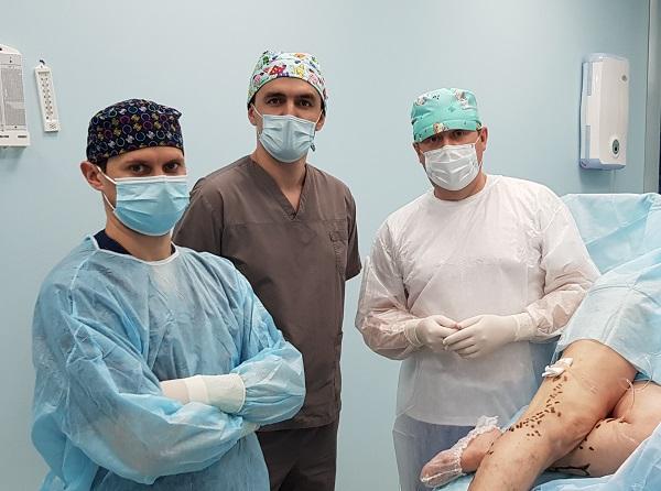 Khapokhov I.M., Semenov A.Yu. e Raskin V.V. durante la procedura laser