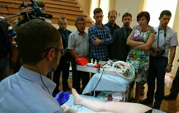 """Rosukhovsky D.A. carries out the """"Eraser"""" procedure, """"erasing"""" the vascular """"stars"""" from the grateful patient's leg"""