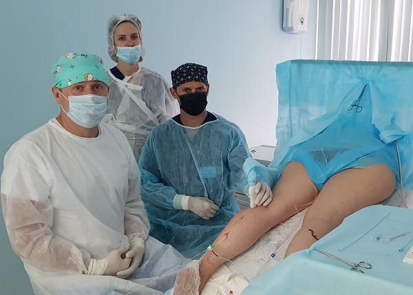 """Semenov A.Yu., Raskin V.V. and Mogunova E.A. during laser surgery at the """"Moscow Center for Phlebology"""""""