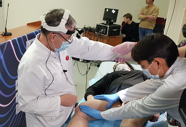Phlebologist Rustem Ginyatullaevich Chabbarov (Saratov) demonstrates his technique of sclerotherapy