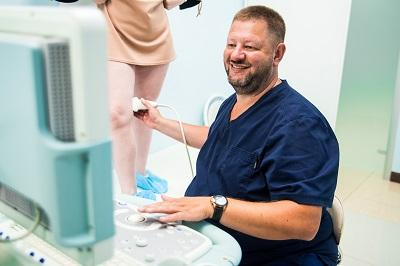 Dmitry Anatolyevich Fedorov conducts ultrasound of the veins of the lower extremities